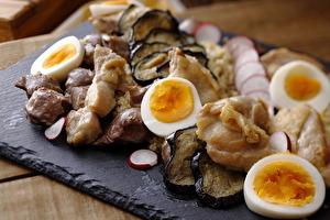 京赤地鶏と砂肝、宇治の卵 キヌアと夏野菜のサラダ仕立て