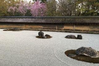 世界遺産「龍安寺」の見どころ|かの英国女王も愛した石庭イメージ>